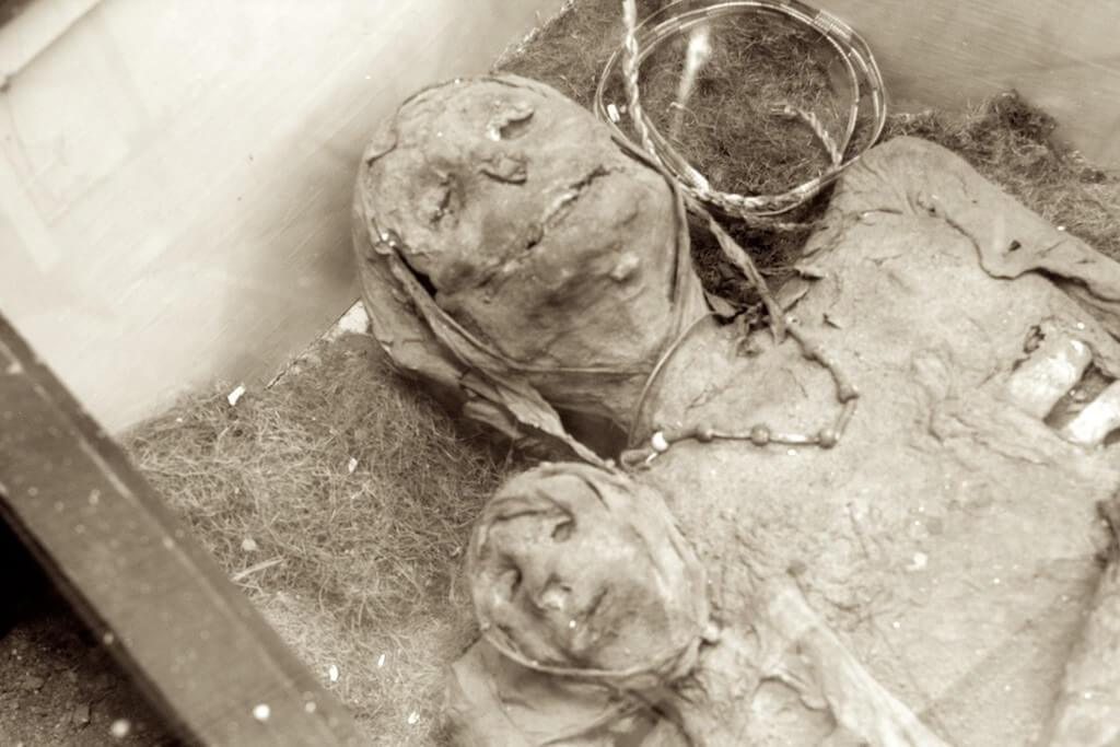 The Thing in Arizona. A mummified mother and daughter. Flickr User Melissa Mahoney