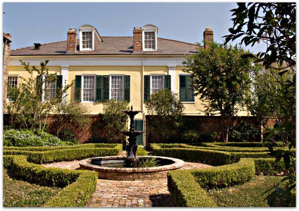 Side-yard-of-Beaugard-Keyes House
